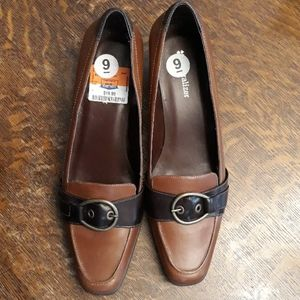 Naturalizer leather pumps never worn